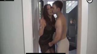 İktidarsız Kocasını Genç Oğlanla Aldatan Milf
