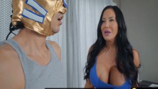 Süper Sikiş Kahramanı Kocaman Memelerle Güreşti