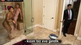 Duşta Manitasına Veren Liseliyi Babası Aniden Bastı