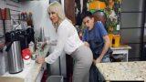 Oynak Sarışın Dul Patrona Mutfakta Saplayan Bulaşıkçı
